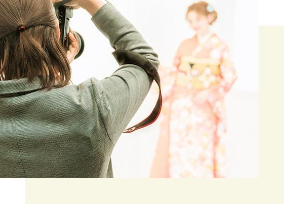 撮影は京都さがの館の振袖取り扱いショップ併設の前撮り専用スタジオで実施!