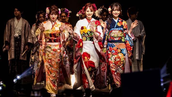京都さがの館の振袖を着たmiuちゃんとさくらちゃん達