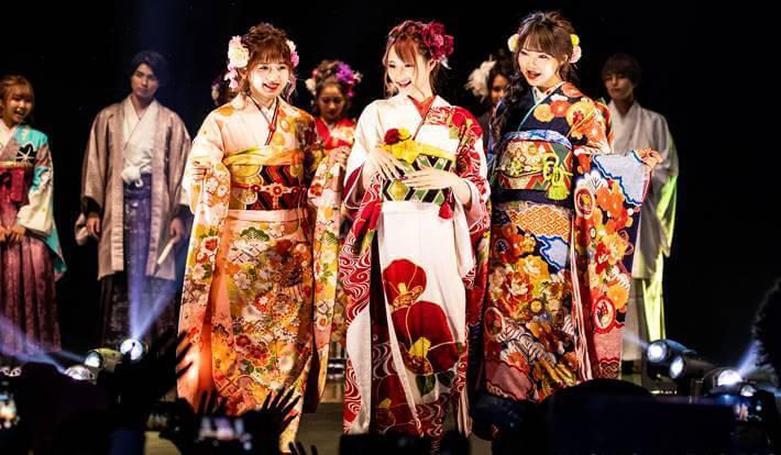 ファッションリーダーズで京都さがの館の振袖を着たmiuちゃんとsakuraちゃん達
