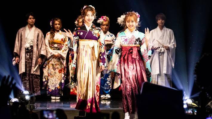 ファッションリーダーズで京都さがの館の二尺袖の袴を着た女性モデル達