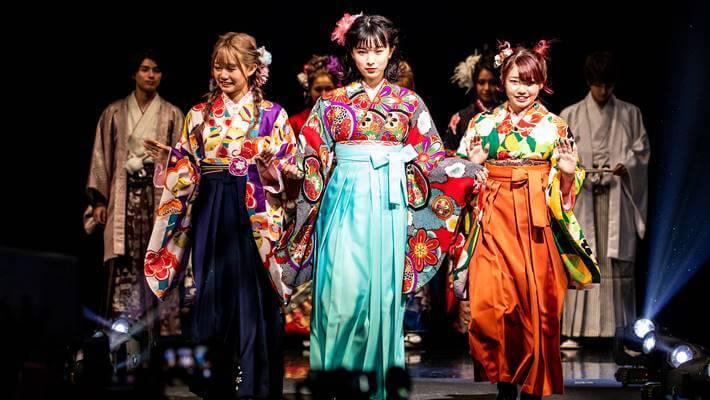 なんばのファッションリーダーズで京都さがの館の華やかな袴スタイルを披露している女性モデル達