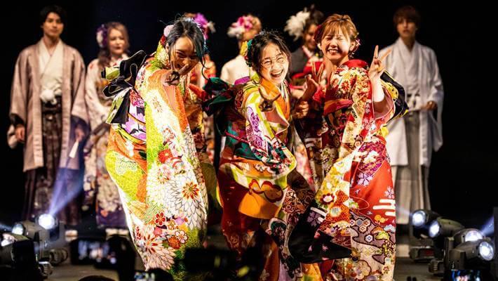 お茶目なめがねちゃんがファッションリーダーズで京都さがの館の振袖を披露している画像