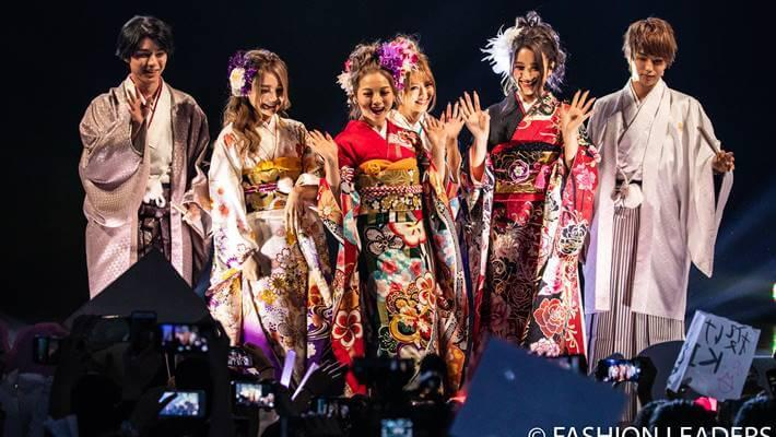 華やかに着飾った女性モデルと男性モデル達がファッションリーダーズで京都さがの館のランウェイを歩いている画像