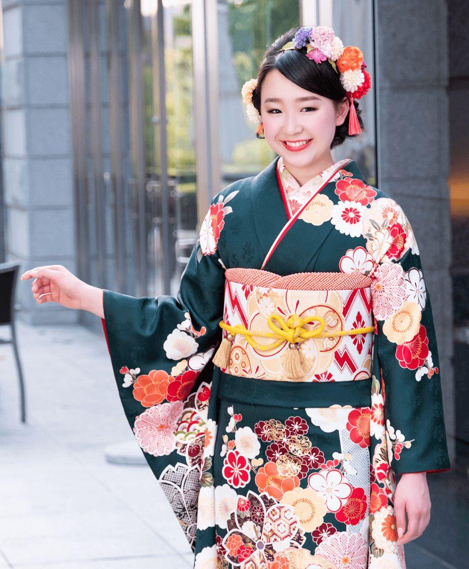着物の絵柄に合わせ、帯をシンプルな色使いでまとめ大人の上品コーデの完成です。