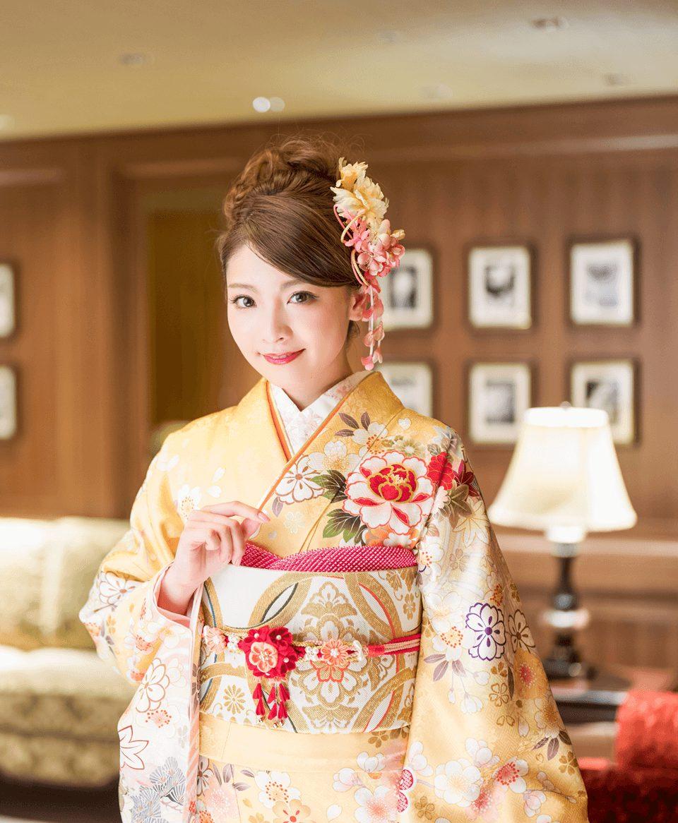 お着物に合わせてゴールドのシンプルな絵柄が特徴の帯を使用。バランスの取れた振袖コーデの完成です。