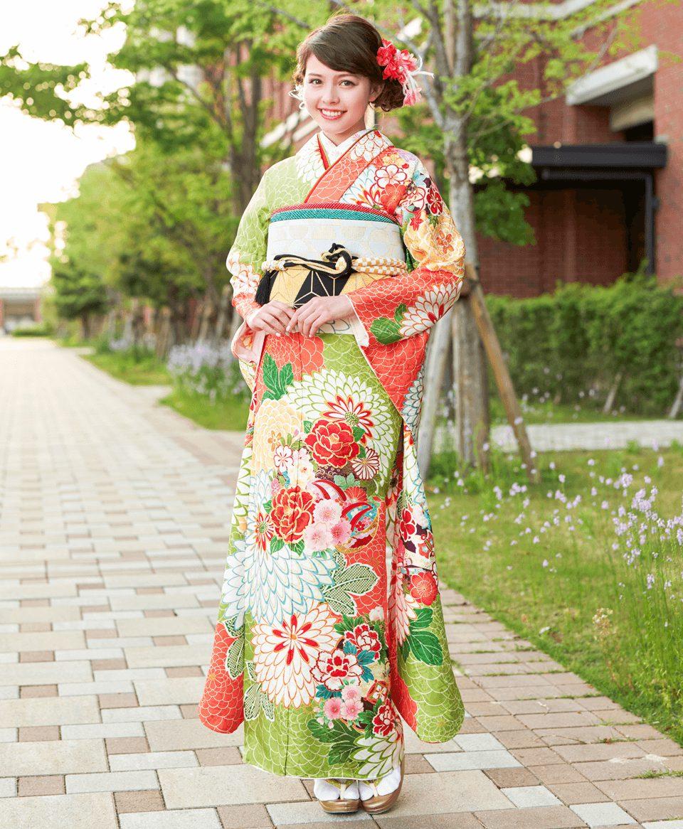 黄緑色の淡い着物に、大柄な菊の花が大胆に描かれ目にも華やか。