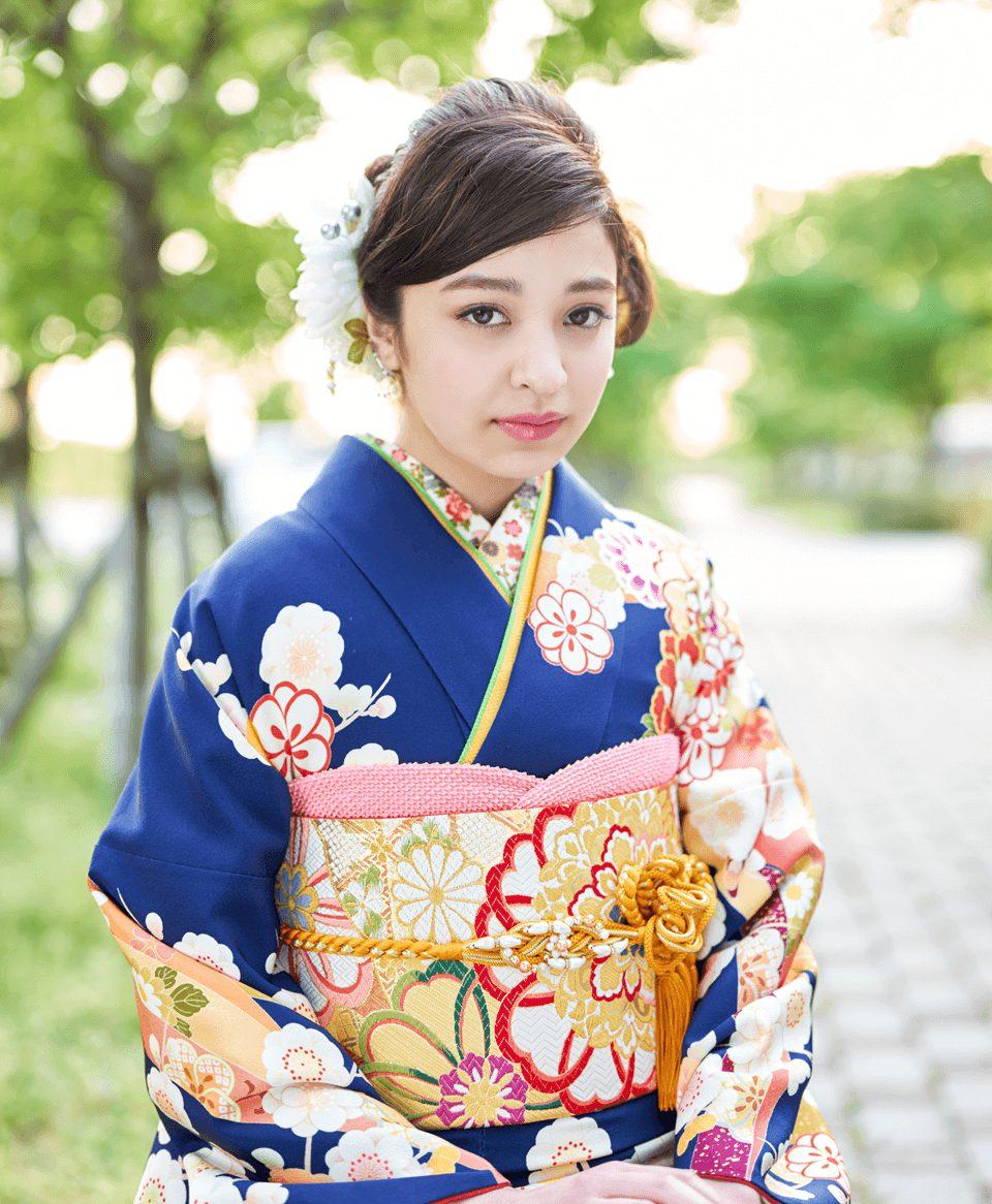 ゴールドに色鮮やかな刺繍がワンポイント。着物との相性もばっちりです。