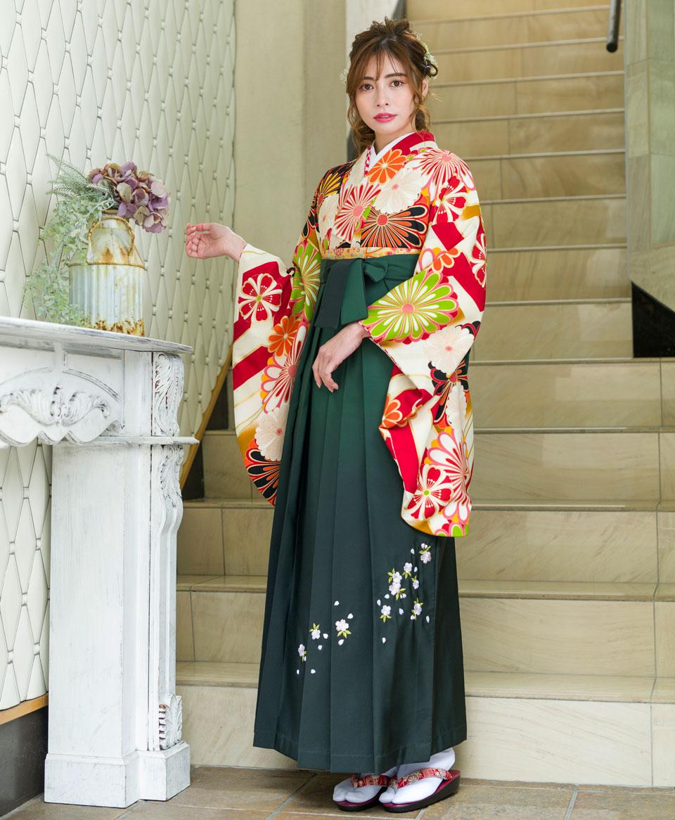 卒業式に相応しい華やかさと落ち着きが感じられる古典デザインの袴。