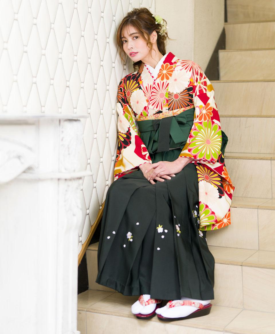 ぼかしがかった袴には桜の刺繍も。