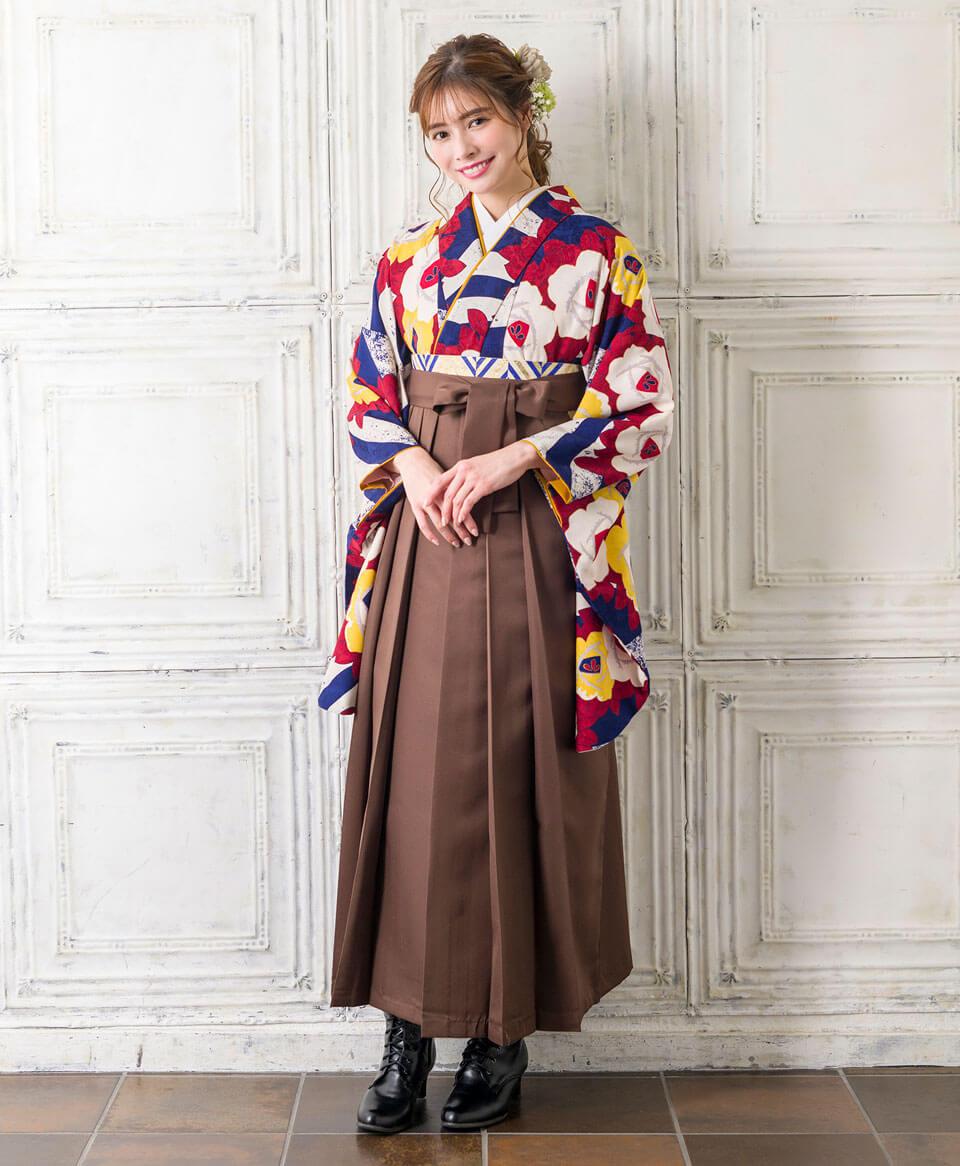 普段着ることのないレトロモダンデザインのレンタル袴は特別な1日にピッタリ。