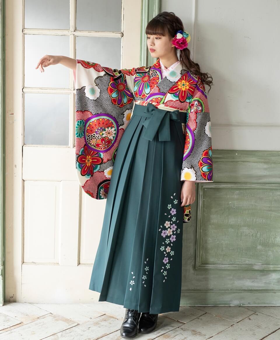 深緑色の袴には桜の花びらが舞う様子を表現、上品な印象に。