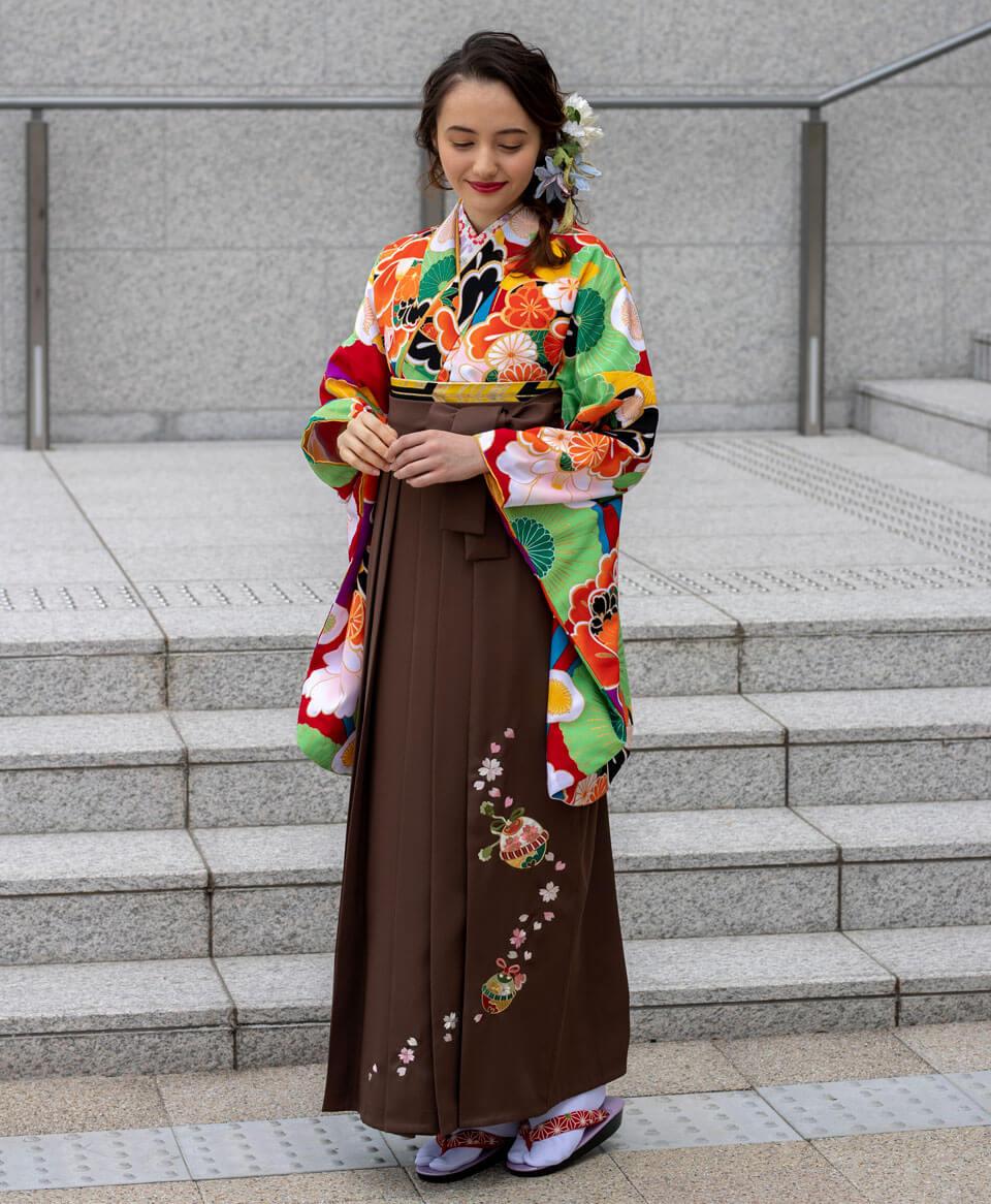 茶色の袴との食い合わせが上品な大人の印象に。