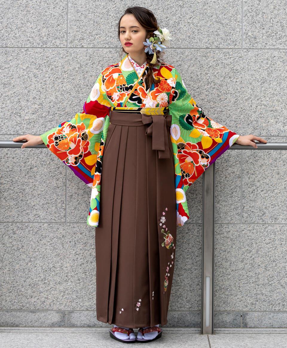インパクトの強い大柄な花を大胆にあしらったお着物。