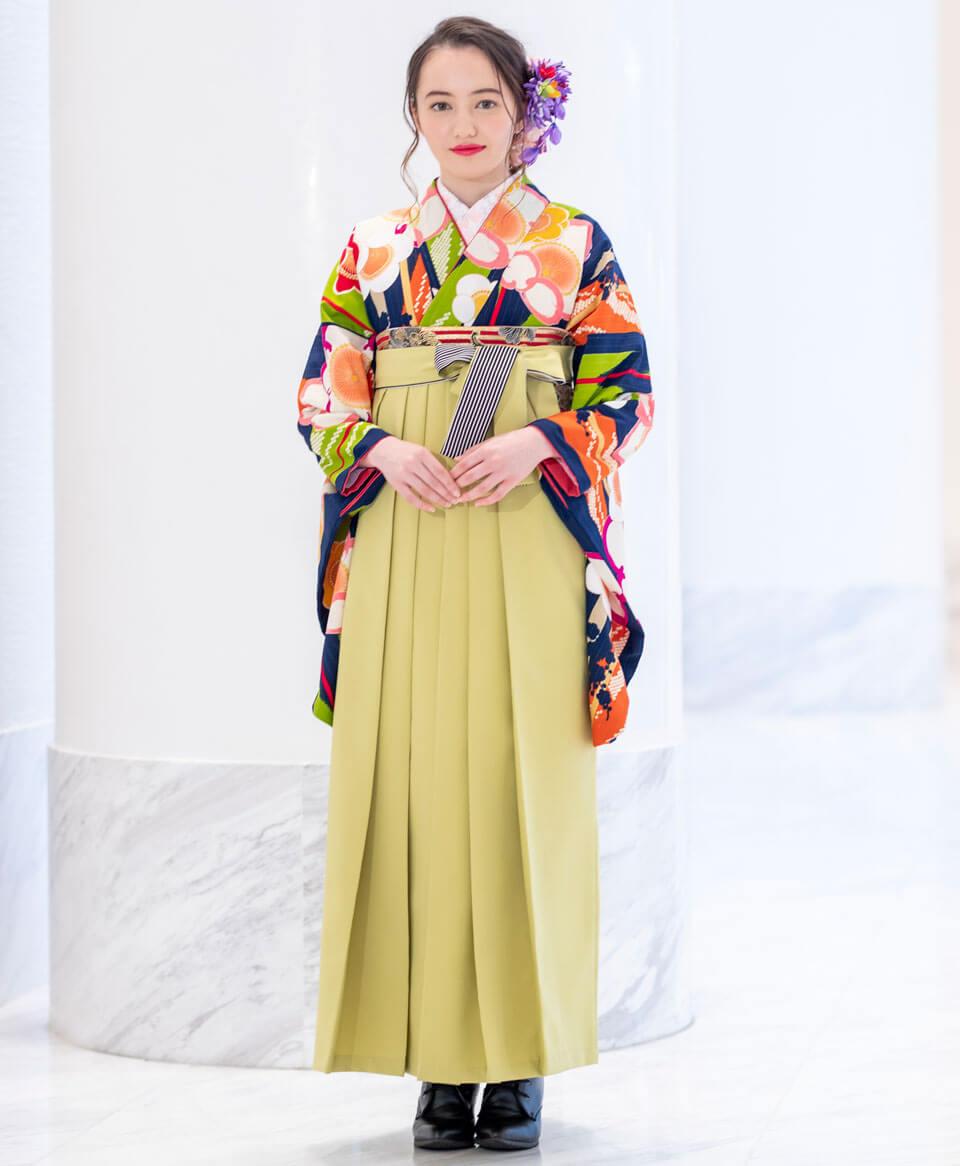上品な色合いの生地にに大きく目立つ梅の花をあしらい、モスグリーンの袴で愛らしさを表現。