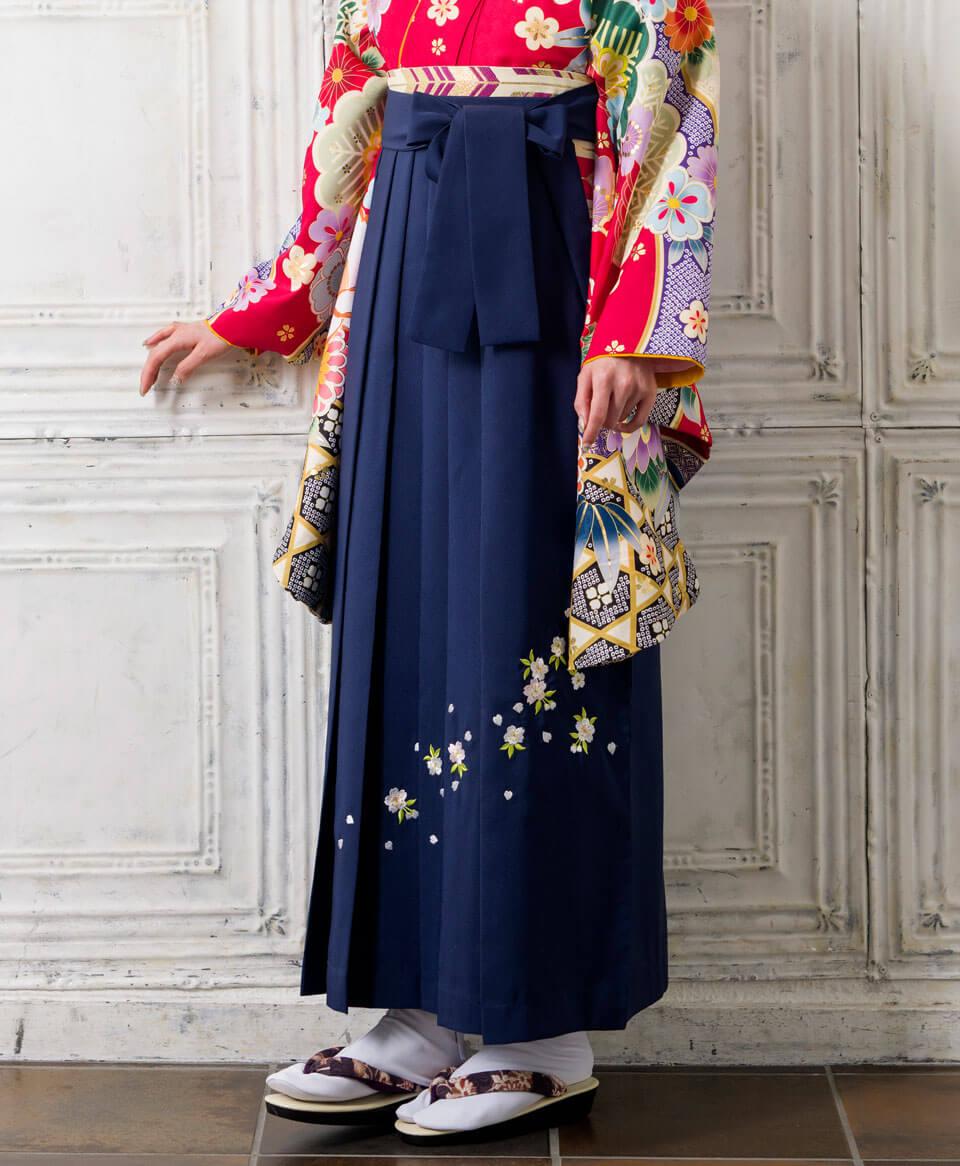 小学生の卒業式で映える赤の着物と紺の袴