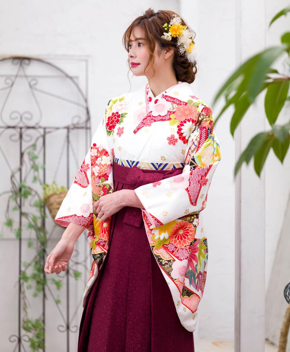 赤と白でロマンチックな袴スタイルに。