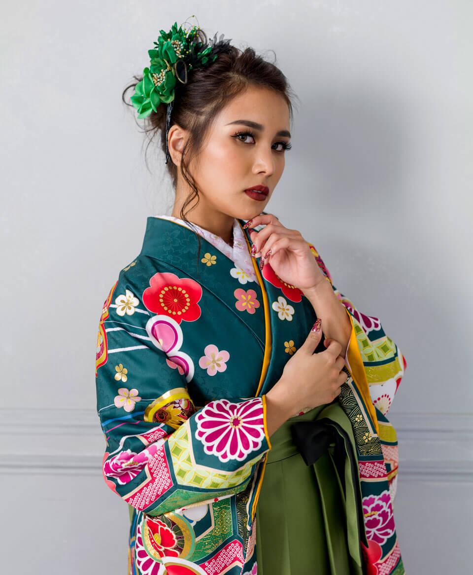 着物の柄と同じ色の袴を組み合わせてもオシャレに決まります。