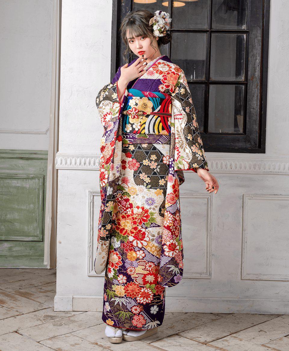 和紙テイストの豪華な古典柄は、圧巻の一着。