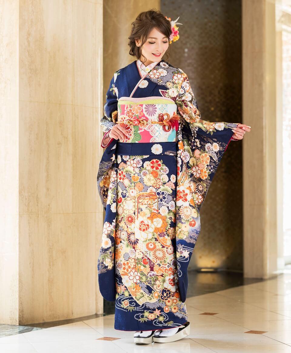 吉祥文様の花々を、繊細なまでに着物一面に描いた豪華なお振袖。