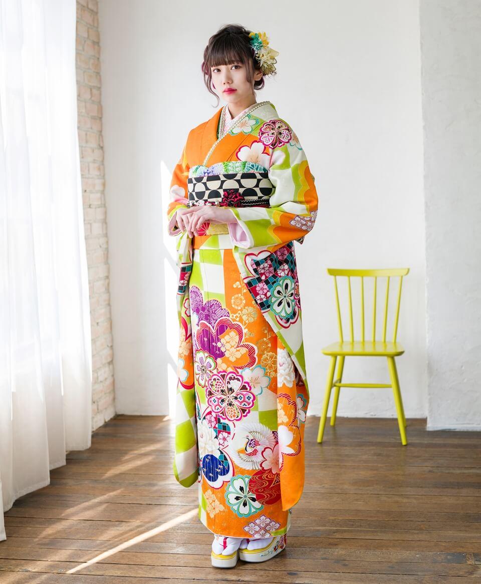 ビタミンカラーで元気いっぱいな印象を与えるオレンジ地のお振袖。古典柄をPOPな色使いで描いた一着です。。