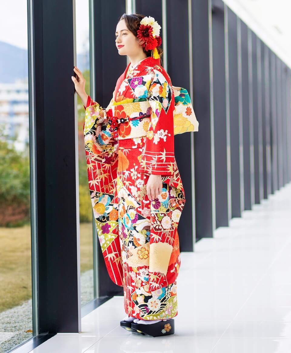 松竹梅の古典柄の中でも、縁起の良い絵柄を大胆に施した一着。