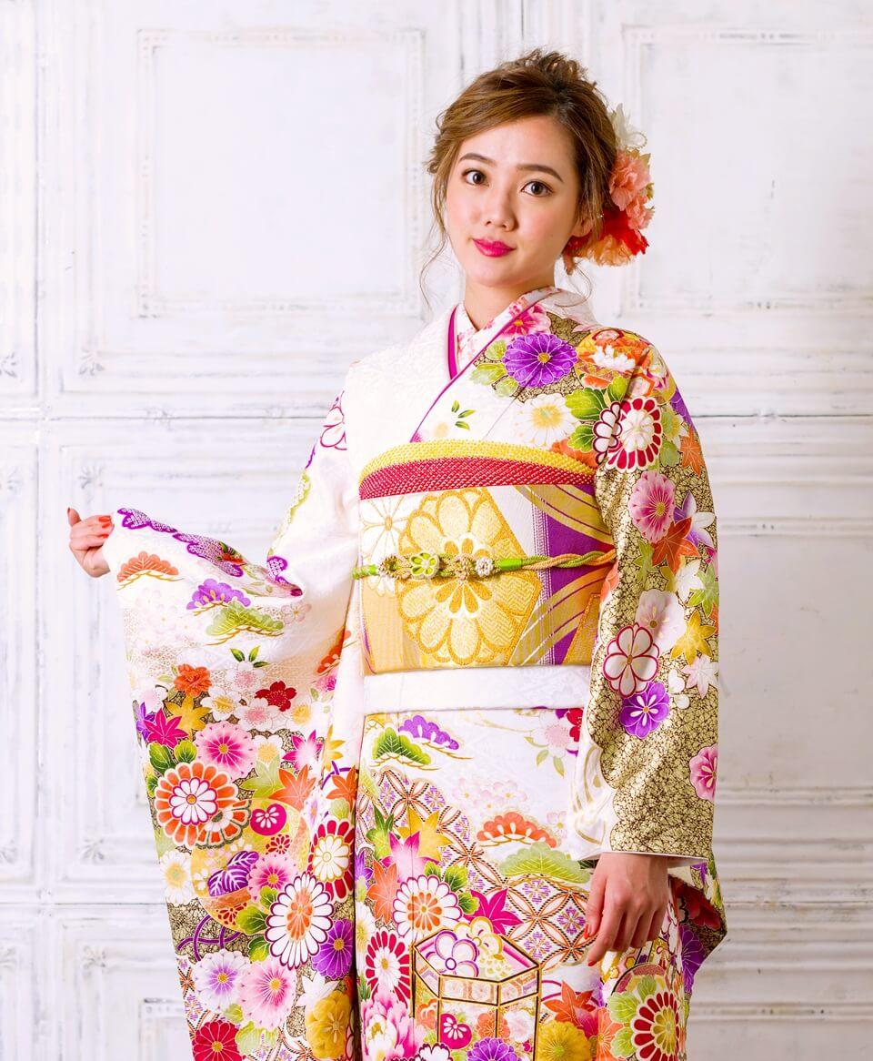 輝くように明るく華やかに魅せてくれる白地のお振袖は、大人気の一着。