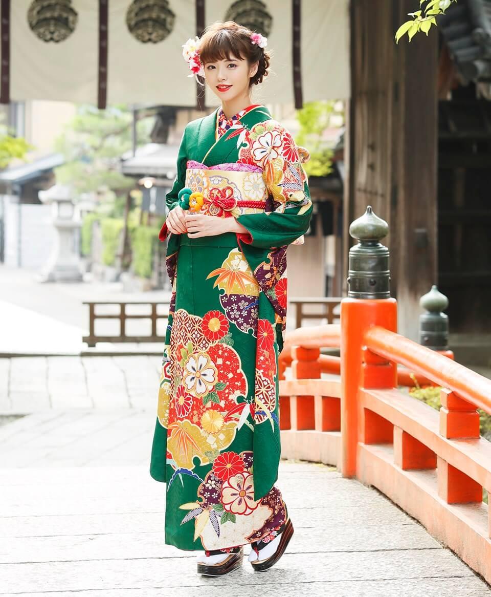 おしとやかで温かみのある緑地のお着物には、多彩な色遣いのデザインがよく映えます。