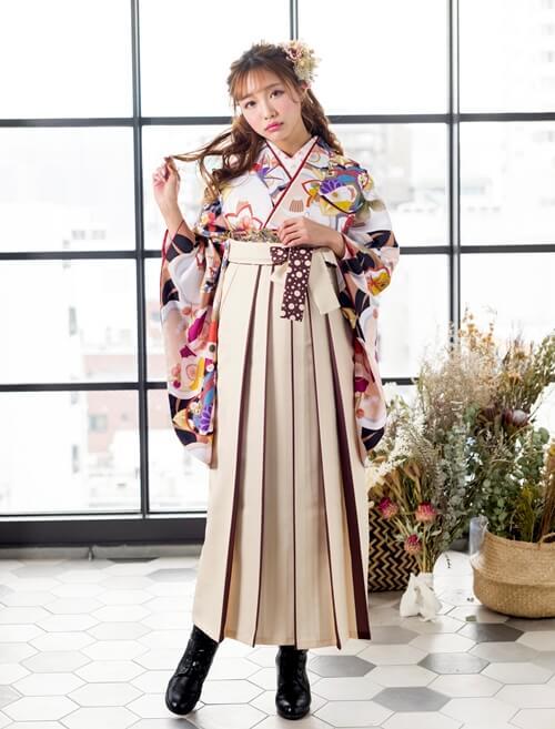 ポップで可愛い白系統の袴