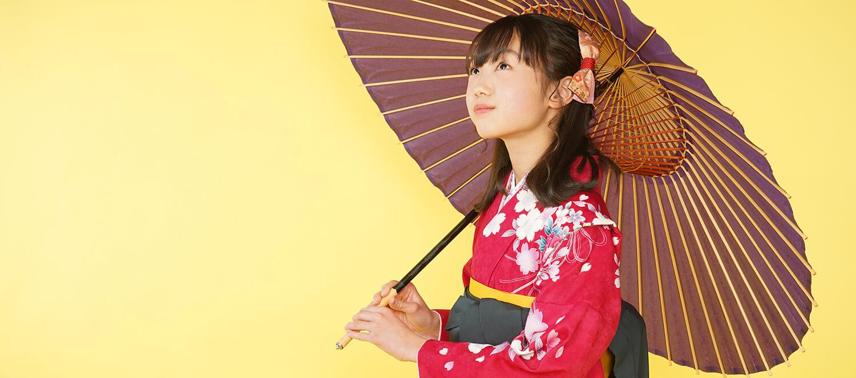 和傘を持った卒業式袴姿の小学生