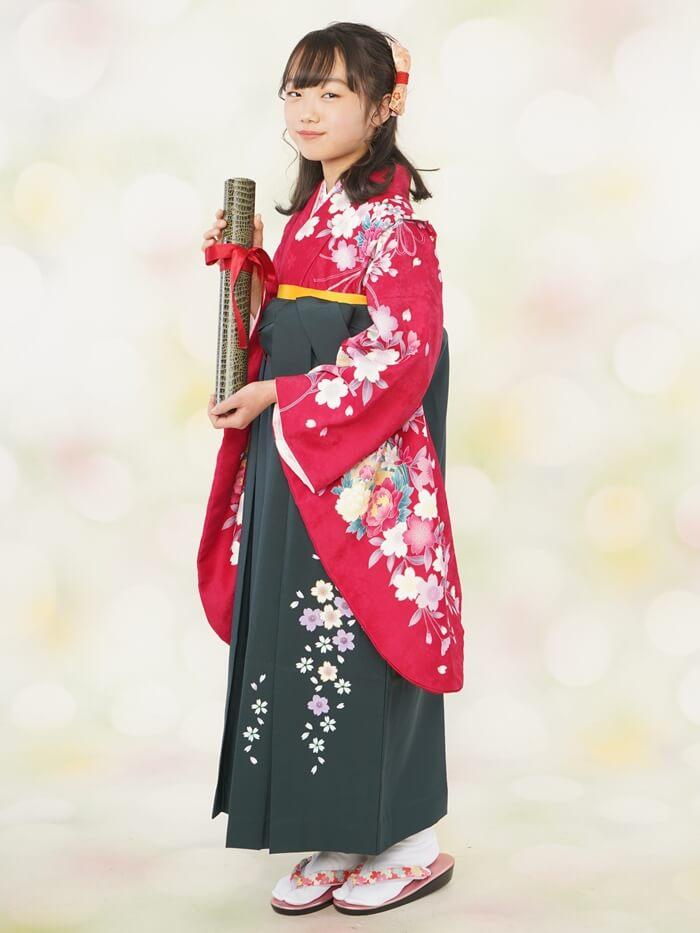 卒業式に赤い袴姿で出席する小学生