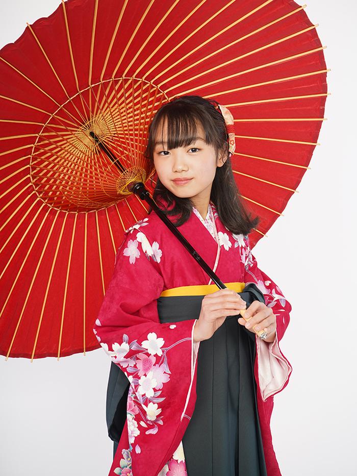 赤いレンタル袴を着た小学生