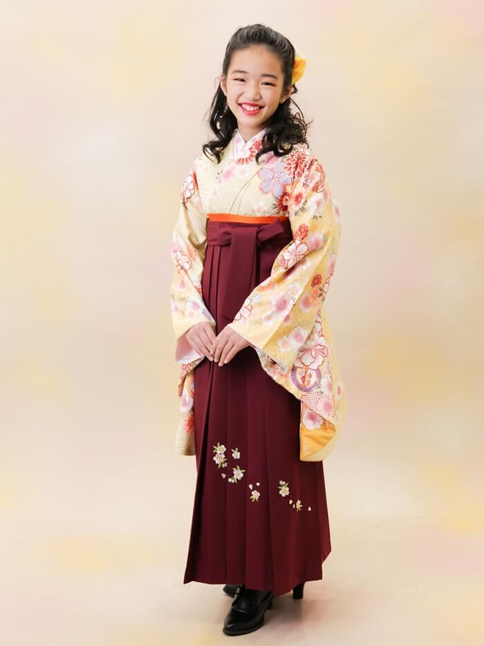 黄色い袴を着た小学生の女の子