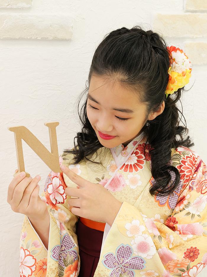 かわいいハーフアップスタイルの袴姿の小学生