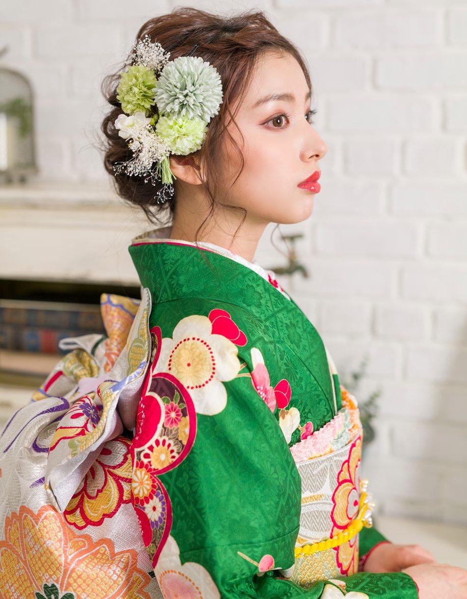 菊の振袖を付けた緑の振袖