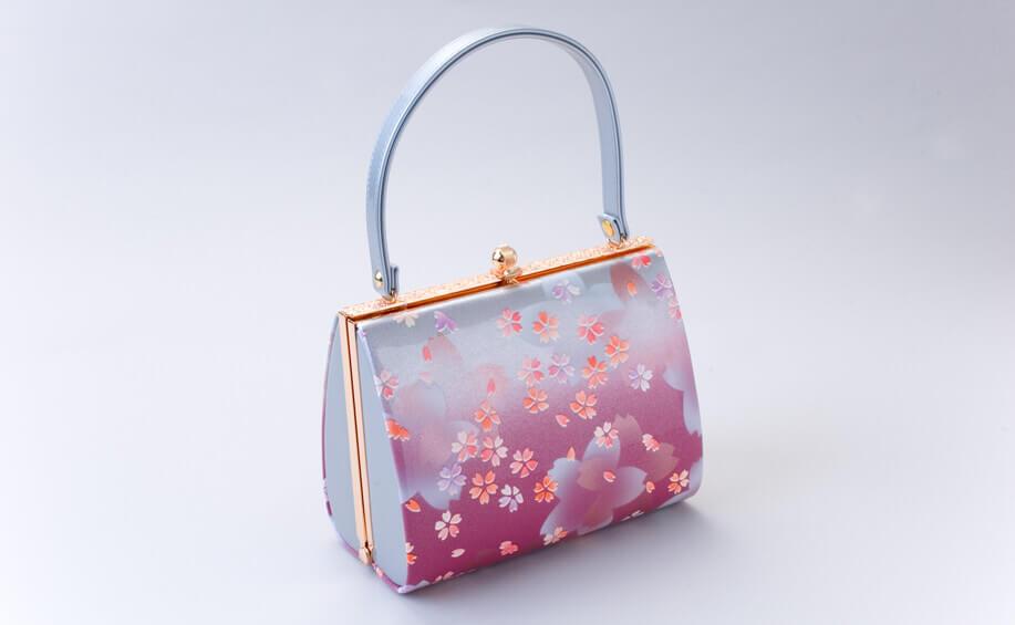 振袖に合わせる桜柄のバッグ