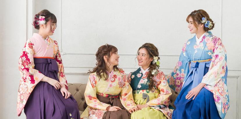 色違いの着物で卒業式を楽しむ袴姿の女性