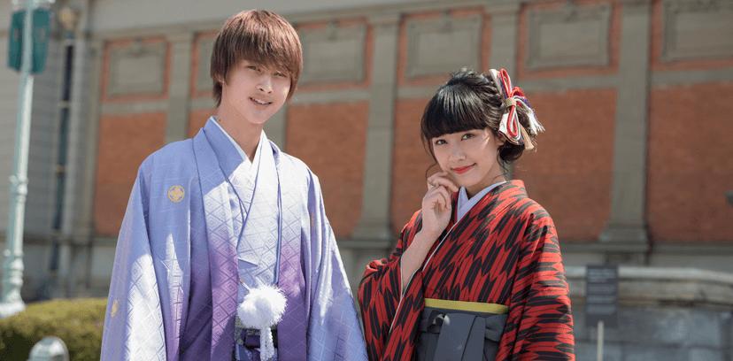 卒業式で袴姿のカップル