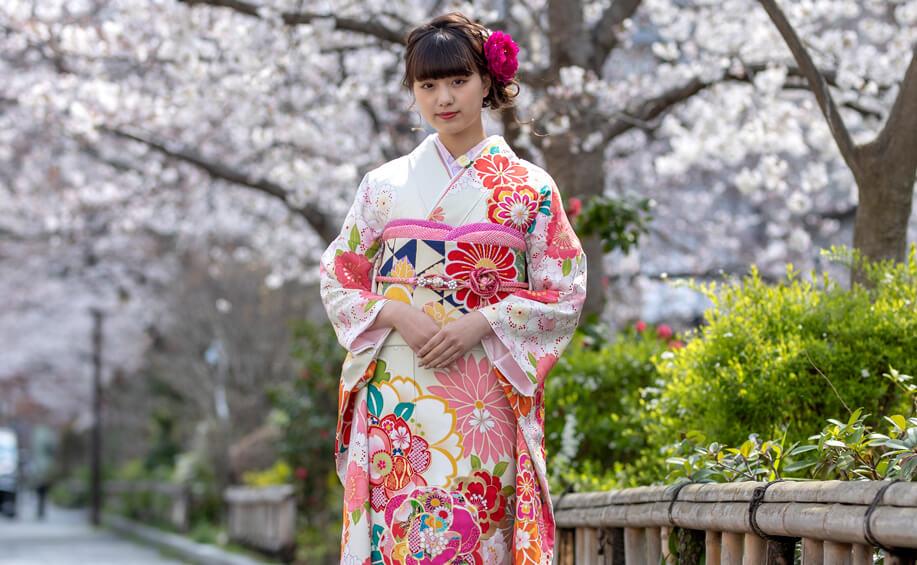 成人式にレンタルできる白地ピンク牡丹と桜の振袖