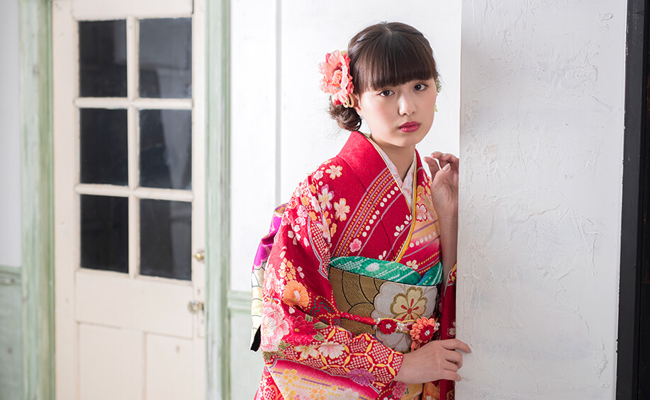 成人式の振袖レンタル・購入で人気の京都さがの館を紹介する女性