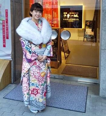 京都さがの館の入り口で撮影している成人式の様子