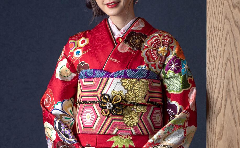 振袖レンタル・購入ができる京都さがの館横浜店を紹介する女性